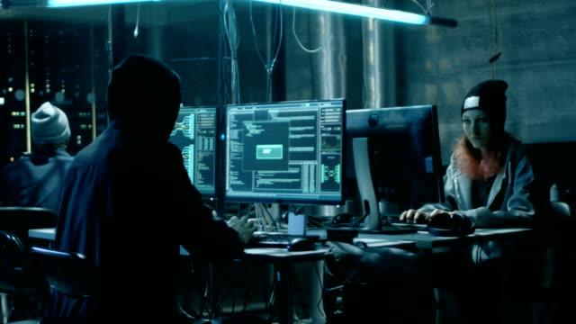 Equipo de Hackers adolescentes internacionalmente queridos traer avanzado ataque Ransomware en servidores corporativos. El lugar es oscuro y tecnológicamente avanzados. - vídeo