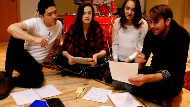 スタジオで曲を構成するミュージシャンのチーム - ミュージシャン点の映像素材/bロール