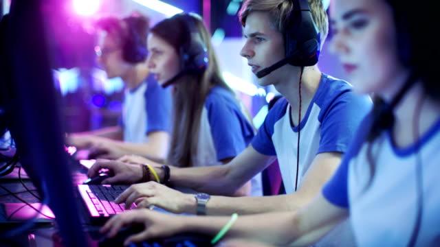 ゲーマーに競争力のあるビデオ ゲーム サイバーのゲーム大会にプロの esport のチーム。彼らは互いにマイクに向かって話します。 - ゲーム ヘッドフォン点の映像素材/bロール