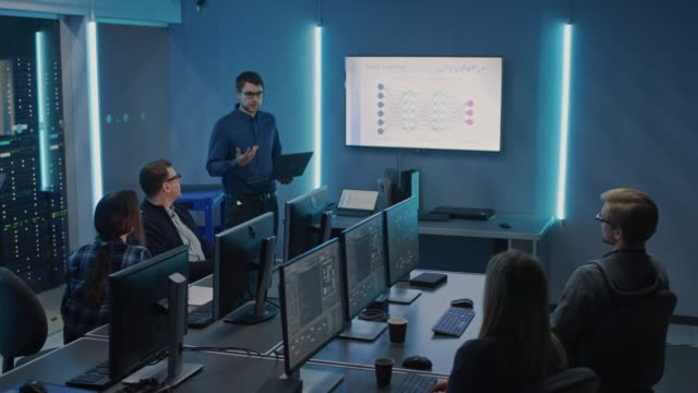 team av professionella it-utvecklare har ett möte, talare talar om nya blockchain baserad program varu utveckling visas på tv. koncept: djup inlärning, artificiell intelligens, data mining, neurala nätverk - nystartat företag bildbanksvideor och videomaterial från bakom kulisserna