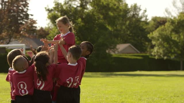 vídeos de stock e filmes b-roll de equipe de jogadores de futebol celebram - equipa desportiva