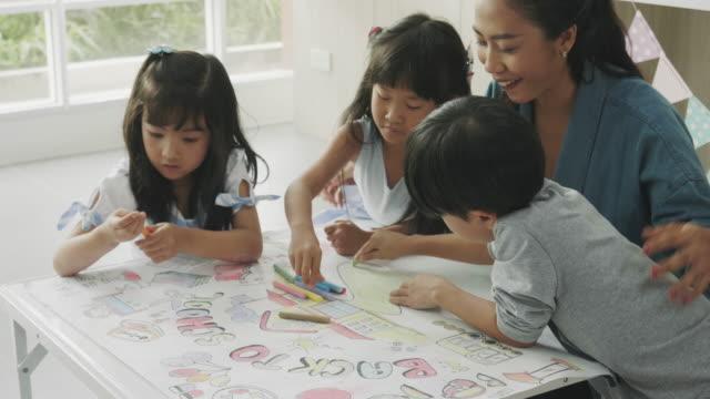 描画クラスのチームワーク - 託児施設点の映像素材/bロール