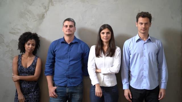 vídeos de stock, filmes e b-roll de retrato do trabalho em equipe / candidatos - sul europeu