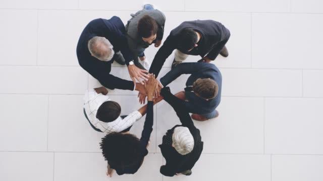 stockvideo's en b-roll-footage met teamwork wint elke keer! - huddle