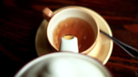 vidéos et rushes de verre dans la tasse de thé et théière - format hd