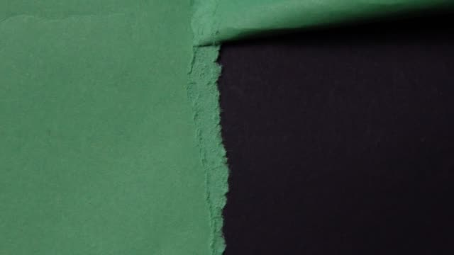 スタジオのブラックホールスクリーンに紙を引き裂く。 - 全壊点の映像素材/bロール