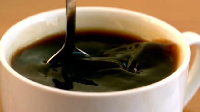 小さじかき混ぜるコーヒーカップに - マグカップ点の映像素材/bロール
