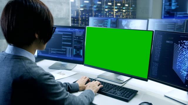 テクニカル コント ローラー/演算子は、モックアップで複数のディスプレイを自分のワークステーションで作業画面のグリーンします。可能な発電所/空港ディスパッチャー/データ センター/政府監視/プログラムのシナリオをスペースします。 - 監視点の映像素材/bロール
