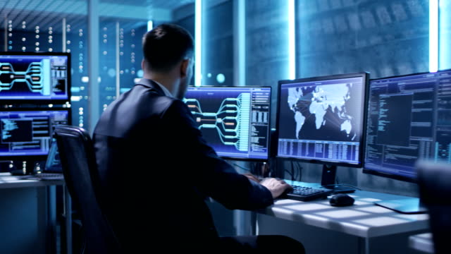 テクニカル コント ローラー/演算子は、複数のディスプレイを持つワークステーション間作業します。可能な発電所/空港 dispetcher ・ ワーカーをダム/政府監視/プログラム - 監視点の映像素材/bロール