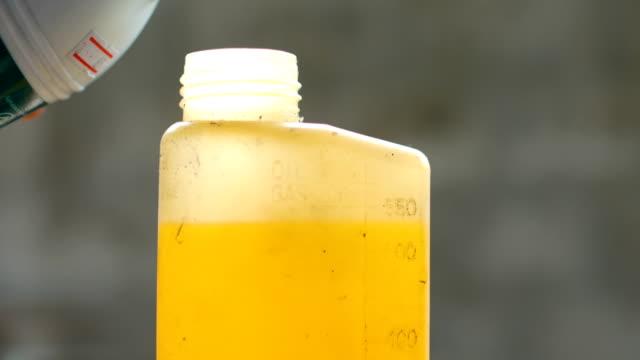 vidéos et rushes de techniques de mélange huile lubrifiante à carburant pour moteur 2 t - entonnoir