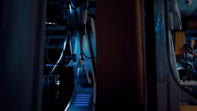 stockvideo's en b-roll-footage met technisch wetenschaps laboratorium van het ruimtestation. wetenschappers experimenteren met een alien. zijdelingse overspanning van de camera. - ventilator bed