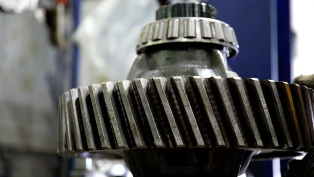 tekniker monterar lastbils förflyttningsmekanismen metall detalj - maskindel bildbanksvideor och videomaterial från bakom kulisserna
