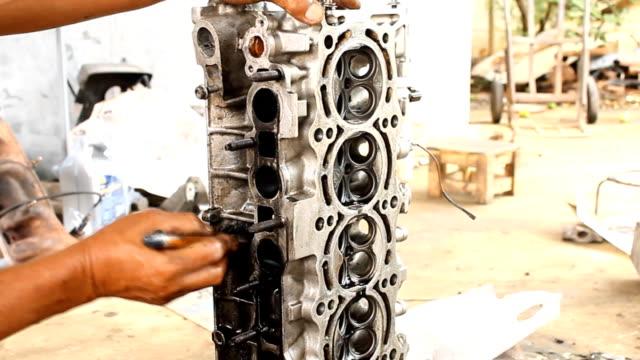 teknikern är rengöring motor av oil stain remover - surf garage bildbanksvideor och videomaterial från bakom kulisserna