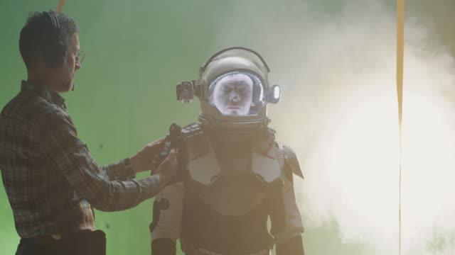 technician using his light meter on a film set - характеры стоковые видео и кадры b-roll