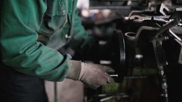 stockvideo's en b-roll-footage met technicus werken aan een metalen draaibank - metaalbewerking
