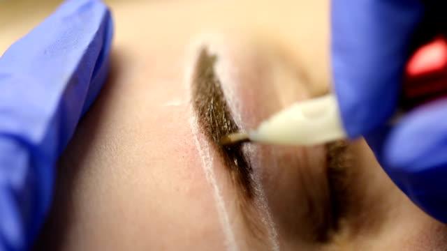 vídeos de stock e filmes b-roll de technique of drawing eyebrows - sobrancelha