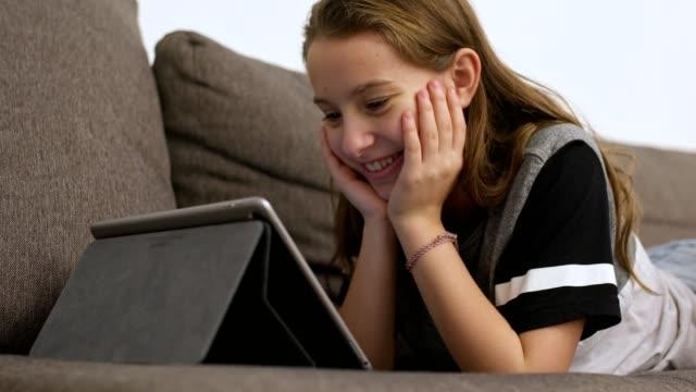 teknik hela dagen lång - endast en tonårsflicka bildbanksvideor och videomaterial från bakom kulisserna