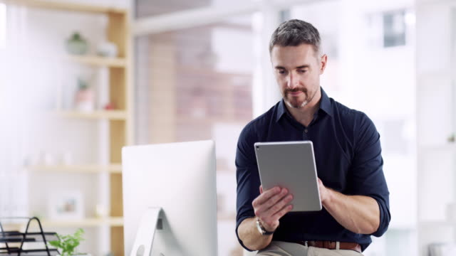 vídeos y material grabado en eventos de stock de la tecnología y el negocio van de la mano - usar la tableta digital