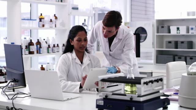 技術と科学は常にイノベーションの同盟国であった - 研究所点の映像素材/bロール