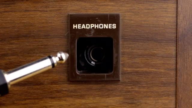teknoloji. fişi kulaklık jakından çıkarmadan. - kulaklık seti ses ekipmanı stok videoları ve detay görüntü çekimi
