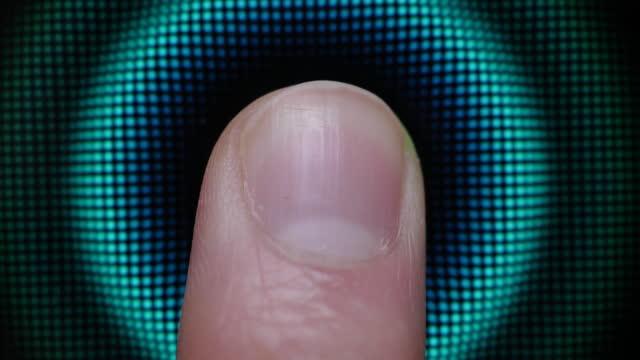 технология палец печати пароль. сканирование отпечатков пальцев для целей безопасности на смартфоне. личное устройство кибербезопасности - замок средство безопасности стоковые видео и кадры b-roll