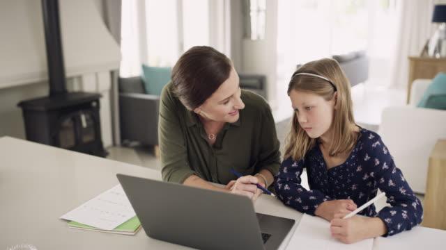 technology is a big help in her learning process - jeden rodzic filmów i materiałów b-roll