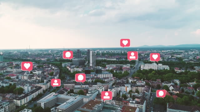 technologie-marketing-konzept luftbild von cityscape mit pop-up social media wie kommentar follower icons - social media icons stock-videos und b-roll-filmmaterial