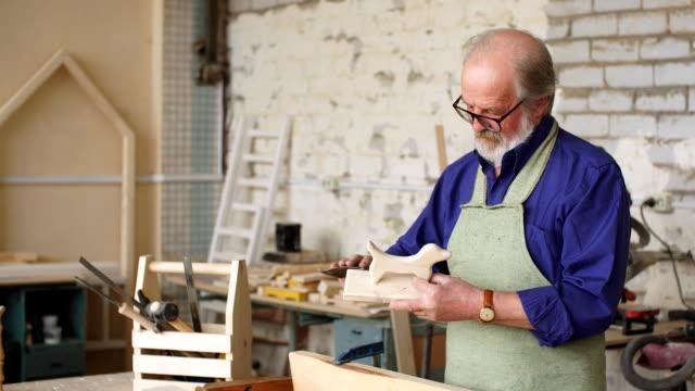 vídeos de stock, filmes e b-roll de tecnologia de fazer brinquedos de madeira - arte e artesanato assunto