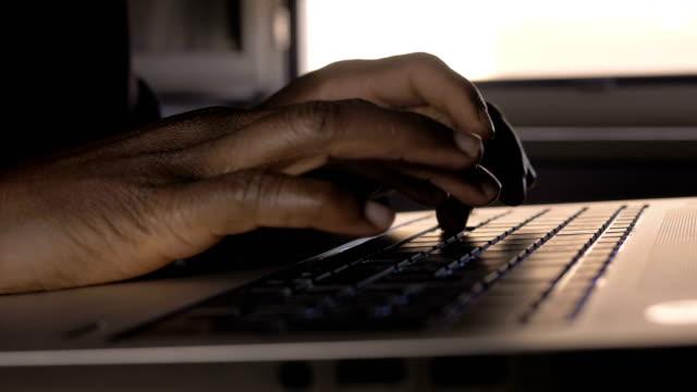 vídeos y material grabado en eventos de stock de tecnología, negocios, trabajo. hombre de negocios trabajando en portátil por la noche - mecanografiar
