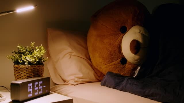 vídeos de stock e filmes b-roll de teddy sleeping in bed, side shot. - teddy bear