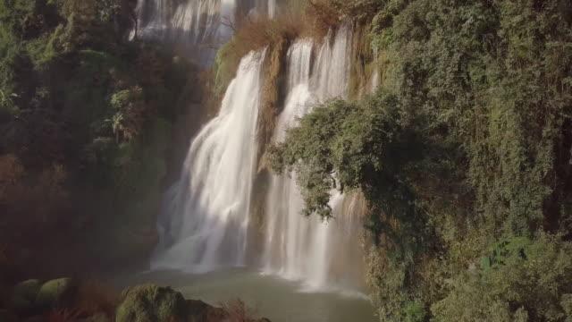 vidéos et rushes de té lor su cascade située dans la réserve faunique de umphang, plus haute chute en thaïlande. - forêt tropicale humide