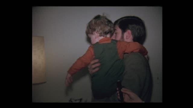 1971 teen pojke håller lillebror - minne bildbanksvideor och videomaterial från bakom kulisserna