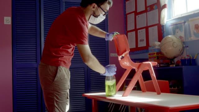 青少年在學前教室清潔和消毒傢俱 - back to school 個影片檔及 b 捲影像