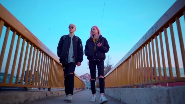 teen couple discussing in a walk - поколение z стоковые видео и кадры b-roll