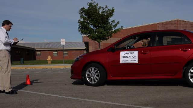 teen driver and driving instructor - mänsklig ålder bildbanksvideor och videomaterial från bakom kulisserna
