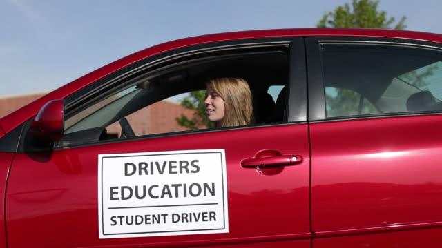 teen girl learning to drive - mänsklig ålder bildbanksvideor och videomaterial från bakom kulisserna