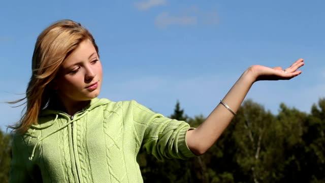 teen girl posing outdoors - endast en tonårsflicka bildbanksvideor och videomaterial från bakom kulisserna