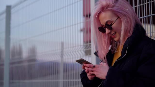 genç kız sosyal ağ açık havada - ergen kızlar stok videoları ve detay görüntü çekimi