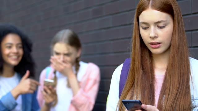stockvideo's en b-roll-footage met tiener meisje boos door beschamend video in internet, klasgenoten spottende, cyberpesten - kids online abuse