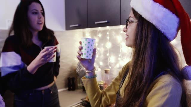 Teen Mädchen reden in der Küche – Video