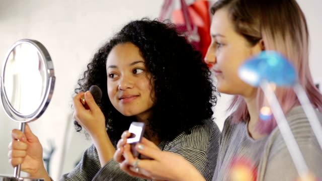 bei der teen make-up-t-shirt - teenage friends sharing food stock-videos und b-roll-filmmaterial
