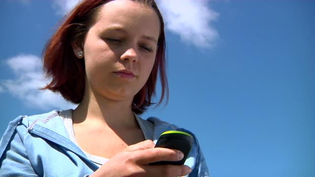 teen sending sms - endast en tonårsflicka bildbanksvideor och videomaterial från bakom kulisserna