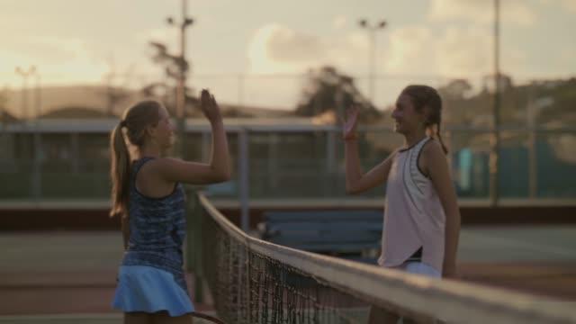 1 日の終わりの一致の後のテニスコートで 10 代選手選手高 5 - テニス点の映像素材/bロール