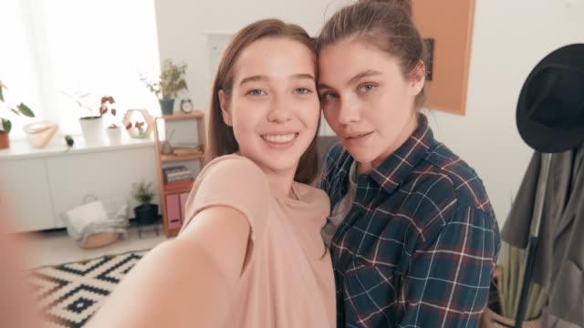 teenage best friends taking selfie - amicizia tra donne video stock e b–roll
