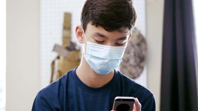 vídeos de stock, filmes e b-roll de adolescente se comunica com amigos durante pandemia de coronavírus - adolescência