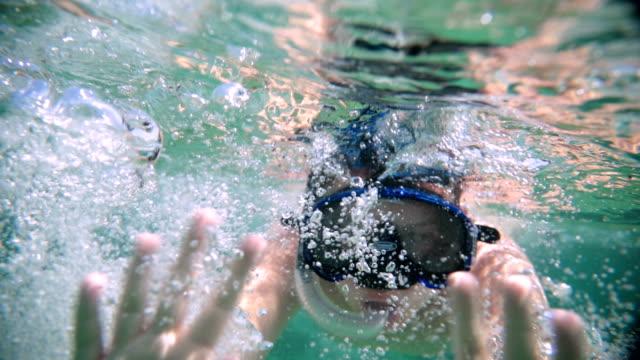 vídeos y material grabado en eventos de stock de adolescente en el saludo de ocean.halo - tubo