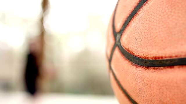 10 代の少年の屋外コートではバスケットボールをご覧いただけます。公園ます。ボール前景ます。 ビデオ