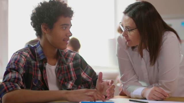 フレンドリーな先生に話している 10 代の少年 ビデオ
