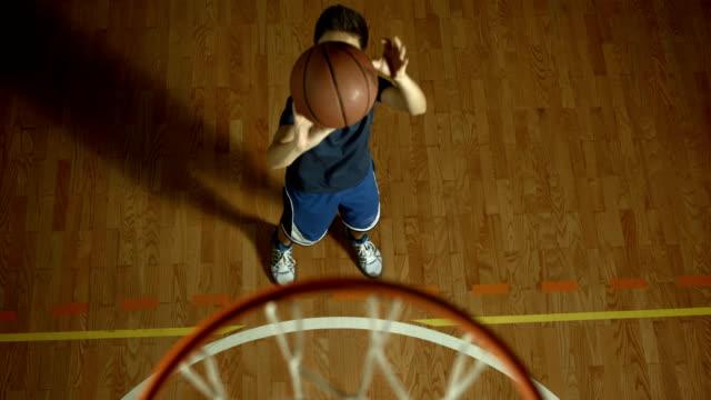 hd 슬로우 모션: 십대 남자아이 폐기량을 베스킷볼 - 초점 이동 스톡 비디오 및 b-롤 화면