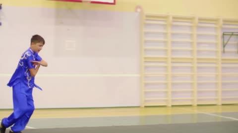 vidéos et rushes de wushu formation adolescent exerce changquan. - arts martiaux